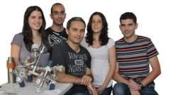 (l-r) Tamar Yelin, Roy Kazaz, Dr. Oren Tal, Regev Ben-Zvi and Ran Vardimon. Moving through molecules